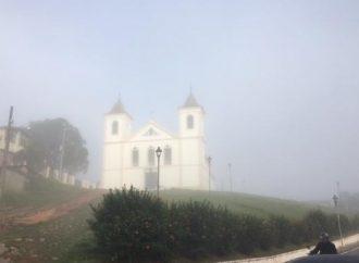 Cidade amanheceu encoberta pela neblina
