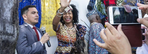 Rainha Diambi Kabatusuila é recepcionada no aeroporto por uma comitiva luziense
