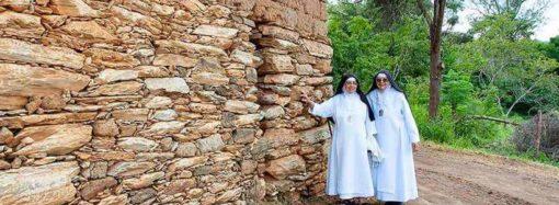 Muro de adobe do tricentenário Mosteiro de Macaúbas começa a ser restaurado