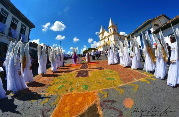 Tapetes de serragem enfeitam as ruas de Santa Luzia no domingo da ressurreição