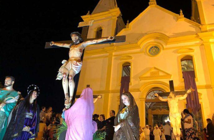 Na Sexta-feira da Paixão, procissão atrai multidão de fiéis às ruas de Santa Luzia