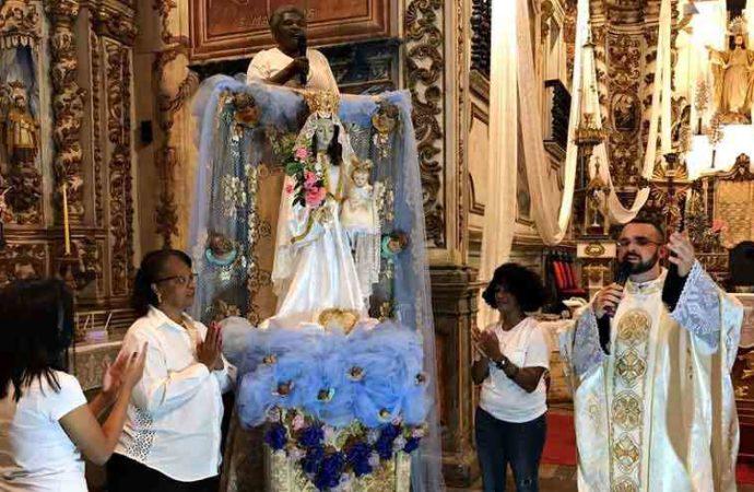 Em Santa Luzia, tradição de coroar Nossa Senhora continua mais viva do que nunca