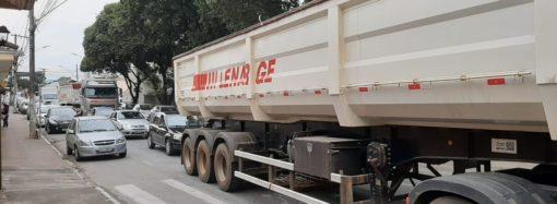 Com grandes caminhões de soja, trânsito na Rua do Comércio torna-se insuportável