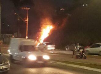 Apesar de ser ilegal, ainda tem gente que faz limpeza de lote vago ateando fogo