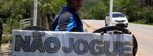 De bicicleta, morador de Santa Luzia faz trabalho louvável de educação ambiental