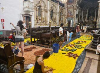 Pandemia tira os tapetes ornamentais das ruas  e leva para o interior da igreja matriz