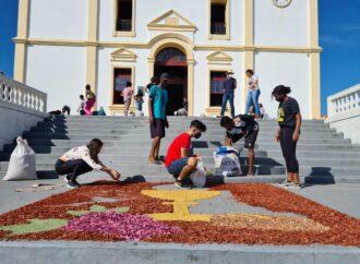 Cidades como Santa Luzia mantêm tradição de tapetes no Corpus Christi